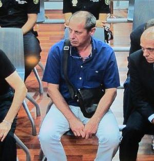 El alcalde de Marbella, Julián Muñoz, compartiendo banquillo con José María del Nido y uno de los dos hermanos acusados del expresidente del Sevilla F.C. Foto/ Europa Press