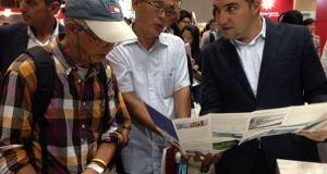 El presidente de la Diputación de Málaga, Elías Bendodo, este sábado mostrando folletos a los visitantes de la feria turística de Tokio. Foto/ Europa Press