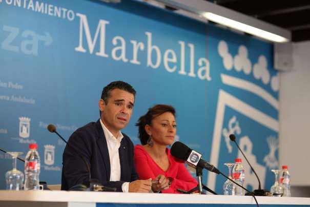 El alcalde de Marbella, José Bernal, junto a la delegada de Derechos Sociales, Victoria Morales este viernes en rueda de prensa. Foto/ Europa Press