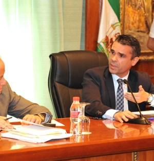 El alcalde de Marbella, José Bernal, durante un pleno junto al secretario municipal. Foto/ MARBELLA IMAGEN