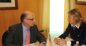 La alcaldesa de Marbella Ángeles Muñoz junto al ministro de Hacienda, Cristóbal Montoro, en una reunión conjunta en imagen de archivo. FOTO/ Ayto.