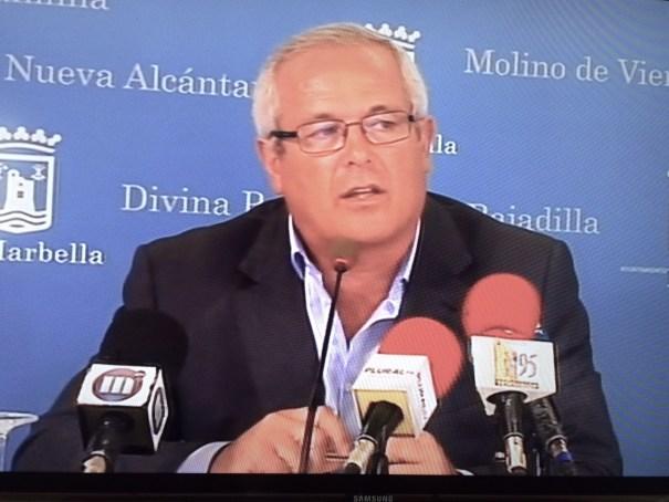 El teniente de alcalde de San Pedro, Rafael Piña, este martes en una imagen de RTV Marbella  durante su intervención en la rueda de prensa posterior a la junta de gobierno local