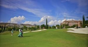 Jugadores de golf recorriendo el campo del Hotel Villapadierna. Foto/ Europa Press