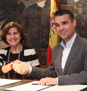 La presidenta del Consejo Audiovisual de Andalucía (CAA), Emelina Fernández, y el alcalde de Marbella, José Bernal, este lunes al firmar el acuerdo conjunto