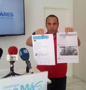 El portavoz del PP de Marbella Javier Mérida, este jueves, en rueda de prensa, muestra los tuits ofensivos. Foto/ web PP Marbella-San Pedro