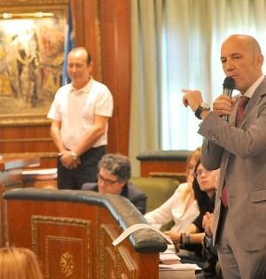 El delegado de Hacienda y presidente de OSP, Manuel Osorio, durante una de sus intervenciones en el pleno de este viernes. Foto/ MARBELLA IMAGEN