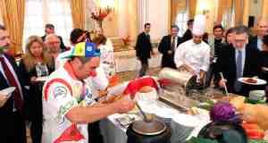 Imagen del tradicional cocido del Marqués de Nájera en el Hotel Los Monteros, celebrado este miércoles, con médicos de la Fundación Theodora caracterizados de payasos. Foto/ MARBELLA IMAGEN