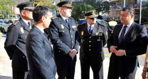 El alcalde de Marbella, José Bernal, conversa con el delegado del Gobierno central en Andalucía, Antonio Sanz, durante un acto policial en imagen de archivo. FOTO/ MARBELLA IMAGEN