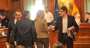 El concejal del PSOE de Marbella Javier Porcuna conversa con la alcaldesa, Ángeles Muñoz, en imagen de archivo. FOTO/ MARBELLA IMAGEN