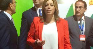 La presidenta de la Junta, Susana Díaz, este miércoles en Fitur, acompañada del consejero de Turismo Javier Fernández, y el presidente de la CEA, Javier González de Lara