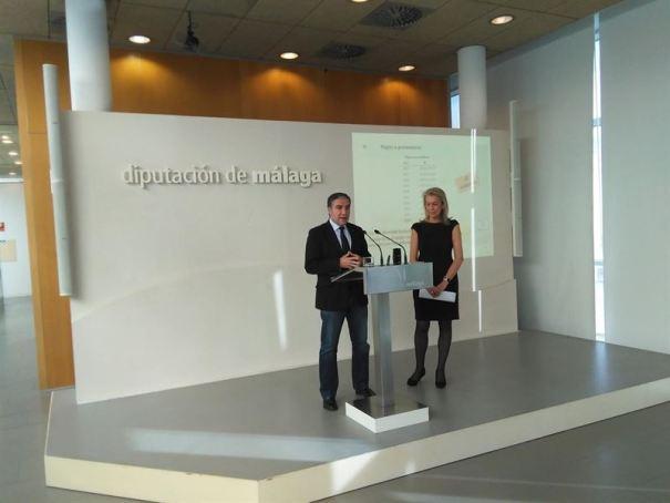 El presidente de la Diputación de Málaga, Elías Bendodo, junto a la diputada delegada de Hacienda y concejala del PP en Marbella, Kika Caracuel. Foto/ Europa Press