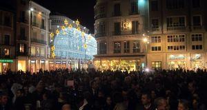 Imagen de la concentración contra el cierre de las escuelas de hostelería celebrada este lunes en Málaga. Foto/ Europa Press