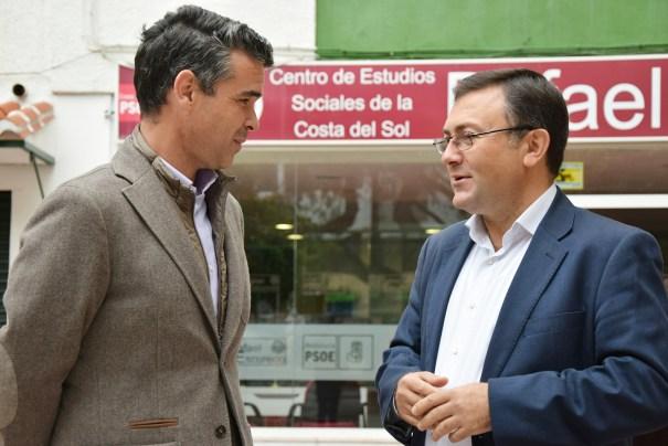 El diputado y secretario general del PSOE de Málaga, Miguel Ángel Heredia (izqda) este viernes durante la rueda de prensa que ha ofrecido junto al alcalde de Marbella y homólogo en la secretaría general socialista marbellí.