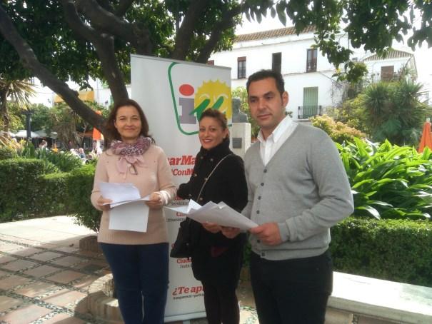 De izqda derecha Carmen Varo, Victoria Morales y Miguel Díaz, en la rueda de prensa de IU Marbella este lunes