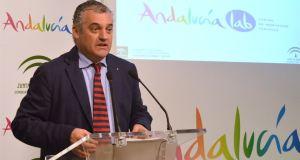 El consejero delegado de la Empresa Pública para la Gestión del Turismo y del Deporte de Andalucía, Javier Carnero, este lunes en rueda de prensa. Foto/ Europa Press