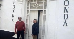 El arquitecto marbellí Jesús Flores junto al empresario Joaquín López Toro posan delante de la mítica fachada del antiguo restaurante La Fonda en el Casco Antiguo. Foto/ marbellaconfidencial.es
