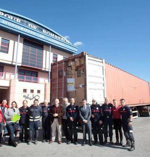 El alcalde de Marbella, José Bernal, y el delegado de Hacienda, Manuel Osorio, este lunes junto al contenedor de Bomberos que parte hacia Lesbos