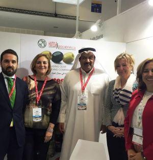 El diputado Jacobo Florido y la responsable de Sabor a Málaga, Leonor García Agua (primero y segundo izqda) durante la presentación de los productos en Dubai. FOTO/EUROPA PRESS