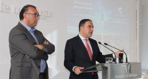 El presidente de la Diputación de Málaga, Elías Bendodo (drcha) en rueda de prensa junto al gerente del Patronato de Turismo Costa del Sol, Arturo Beltrán. Foto/ Europa Press