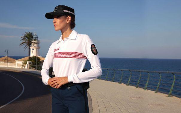 Modelo de uniforme con camisa blanca de la Policía Local de Niza que ofrece la empresa española Insigna. Foto/ web Insigna.es