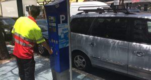 Una persona se dispone a pagar la zona azul en el centro de Marbella. FOTO/ marbellaconfidencial.es