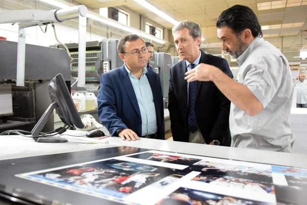 El secretario general del PSOE de Málaga y diputado, Miguel Ángel Heredia (primero por la izquierda) este lunes durante una visita a Gráficas Urania. FOTO/ EP