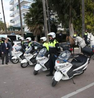 El delegado de Seguridad Ciudadana, Javier Porcuna, este jueves, supervisando el nuevo material policial. FOTO/ Ayto. Marbella