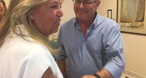 La alcaldesa de Marbella, Ángeles Muñoz (PP), junto al teniente de alcalde de San Pedro Alcántara, Rafael Piña (OSP), el pasado 14 de agosto tras presentar la moción de censura conjunta. FOTO/MARBELLA CONFIDENCIAL