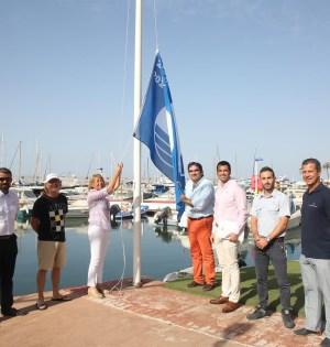 Imagen de junio de 2018, cuando la alcaldesa de Marbella, Ángeles Muñoz, izó la bandera azul en el Puerto Deportivo de Marbella, junto al entonces concejal de Playas, Manuel Cardeña. FOTO/ Ayto