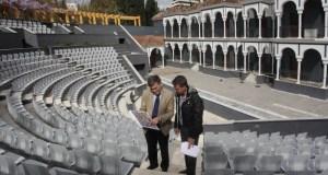El concejal de Obras del Ayuntamiento de Marbella, Javier García (plano en mano) cuando anunció las obras de remodelación del auditorio, el 3 de abril de 2013. FOTO/ marbella.es (web municipal)