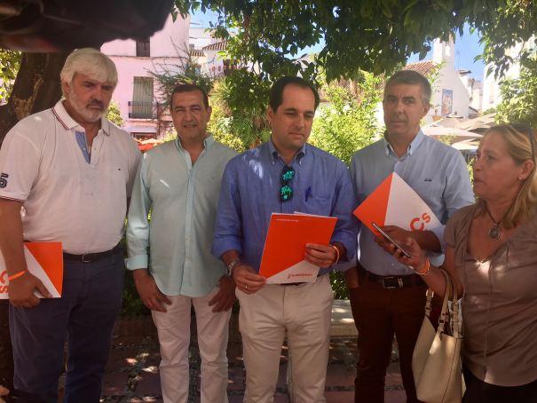 El coordinador local de Cs Marbella, Francisco Gómez Palma (tercero por la izqda) junto a otros cargos de su Junta Directiva, este jueves ante los periodistas. FOTO/ MC