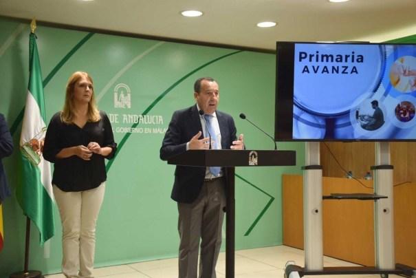 El delegado de la Junta en Málaga, José Luis Ruiz Espejo, en rueda de prensa junto a la delegada de Salud, Ana Isabel González. FOTO/ EP