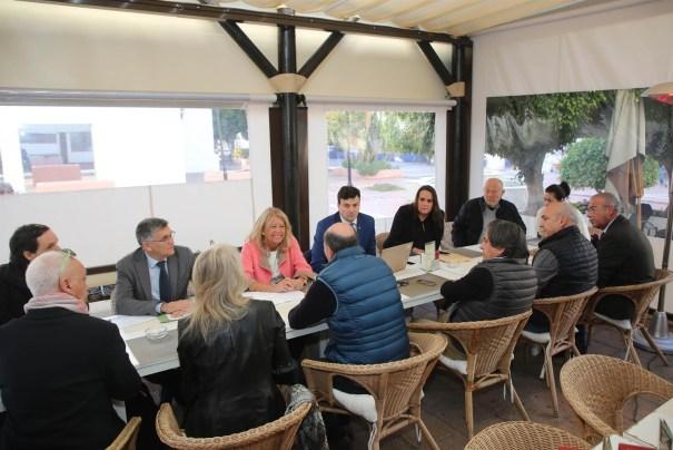 La alcaldesa de Marbella, Ángeles Muñoz, junto al concejal de Obras, Javier García, estados con vecinos de Jardines del Puerto este martes. FOTO/ Ayto
