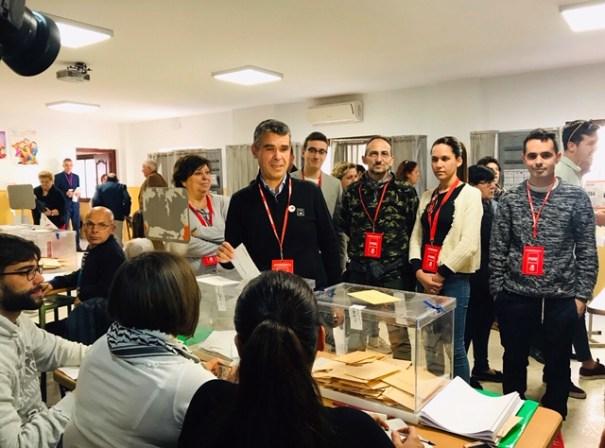 El portavoz del PSOE de Marbella, José Bernal, votando este domingo. FOTO/ Twitter