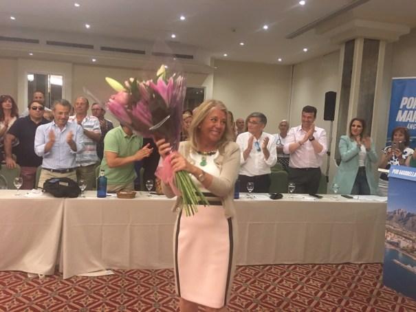 La alcaldesa electa, Ángeles Muñoz, recibe un ramo de flores al término del Comité Ejecutivo del PP que ella ha presidido este martes. FOTO/ CABANILLAS.