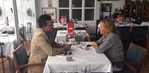La alcaldesa y candidata del PP en Marbella, Ángeles Muñoz, durante la entrevista mantenida con el director de Marbella Confidencial en el restaurante La Barca. FOTO/ CABANILLAS