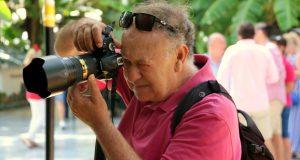 El fotoperiodista Andrés Lanza ejerciendo su trabajo en el centro de Marbella, en una imagen reciente. FOTO/ M.C.