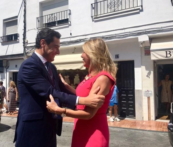 El presidente de la Junta, Juanma Moreno, y la alcaldesa de Marbella, Ángeles Muñoz, se saludan este lunes al llegar el primero a la ciudad. FOTO/ CABANILLAS