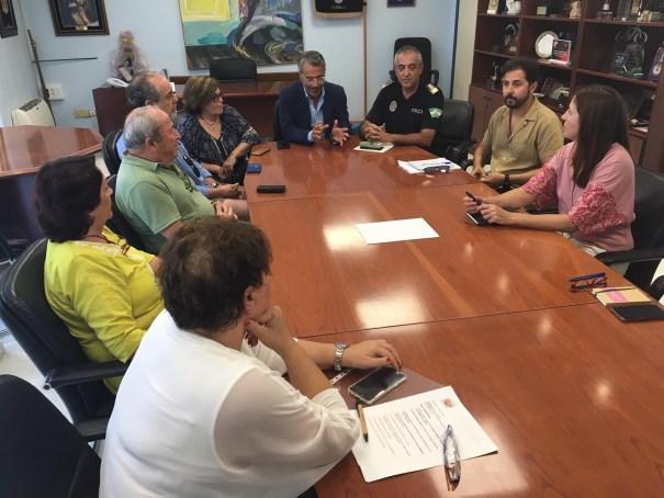 El concejal de Seguridad Ciudadana, José Eduardo Díaz, junto al jefe de la Policía Local, Javier Martín, durante la reunión que han mantenido este jueves con el Consejo Asesor del Comercio. FOTO/ Europa Press