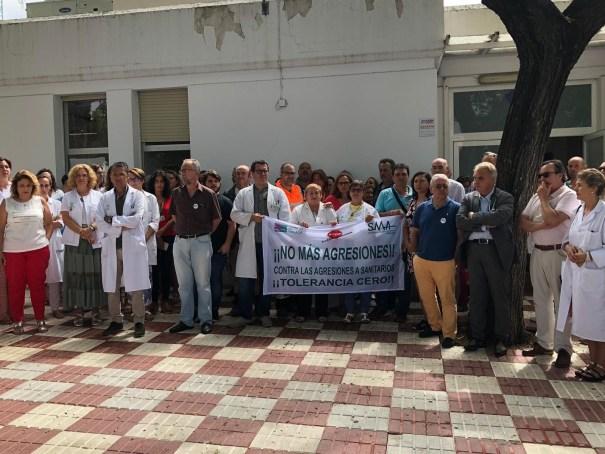 Imagen de archivo de médicos durante una concentración de protesta a las puertas del centro de salud de San Pedro Alcántara. FOTO/ Sindicato Médico de Málaga