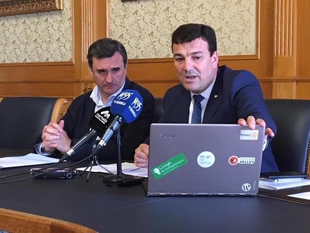 El primer teniente de alcalde, Félix Romero, observa lo que le muestra el concejal de Pymes Cristóbal Garre en rueda de prensa este lunes. FOTO/ Europa Press