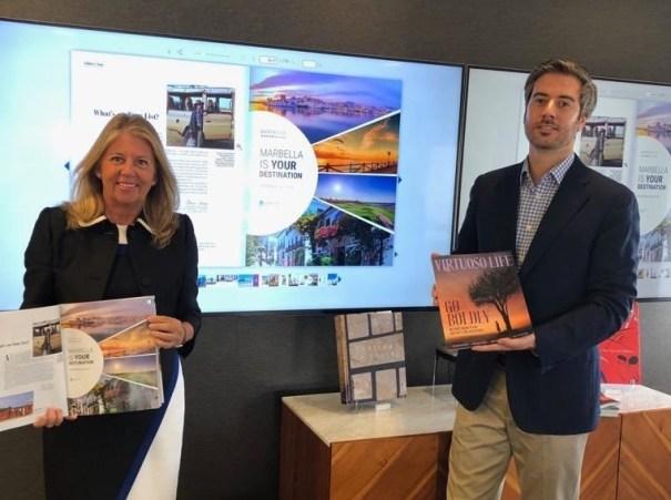 La alcaldesa de Marbella, Ángeles Muñoz, en una foto distribuida por el Ayuntamiento de Marbella durante su actual visita a Nueva York, junto al un responsable de la revista Virtuoso.