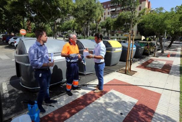 El concejal de Limpieza de Marbella, Diego López, conversa con trabajadores del área. FOTO/ Ayto de Marbella