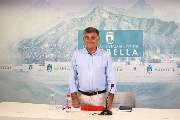 El teniente de alcalde Javier García, a su vez secretario de la junta de gobierno local, este lunes en rueda de prensa. FOTO/ Ayto de Marbella.