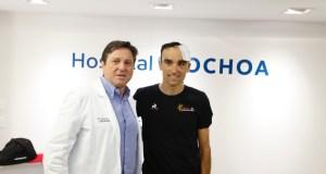 El director del Hospital Ochoa, Pedro Serrano, junto al ciclista Luis Ángel Maté, este martes FOTO/ Hospital Ochoa
