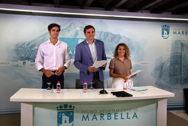 El portavoz del PP, Félix Romero (centro) flanqueado por la concejala de Derechos Sociales, Isabel Cintado; y el asesor responsable de la delegación de Fomento Económico y Pymes, Alejandro Freijo, este lunes en rueda de prensa. FOTO/ Ayto de Marbella
