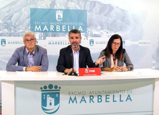 El exalcalde de Marbella y actual portavoz del PSOE, José Bernal (centro), flanqueado por los también ediles socialistas Isabel Pérez y José Ignacio Macías, este lunes en rueda de prensa. FOTO/ PSOE