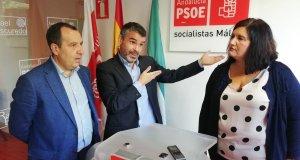 El portavoz municipal del PSOE de Marbella, José Bernal (centro) gesticula ante el secretario provincial, José Luis Ruiz Espejo, y la secretaria local de Marbella y edil, Blanca Fernández en imagen de archivo. FOTO/ PSOE