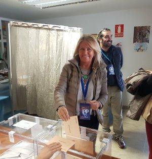 La senadora electa Ángeles Muñoz, a su vez alcaldesa de Marbella, depositando su voto este 10N. Foto/ PP