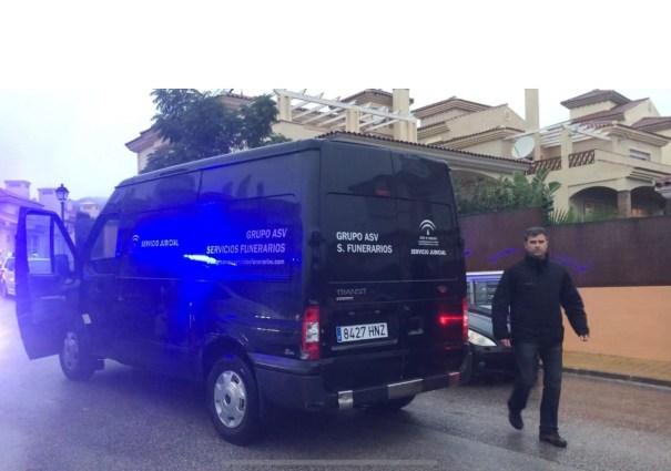 Imagen de los servicios funerarios al llegar al lugar del crimen este jueves en Mijas. FOTO/ MARBELLA CONFIDENCIAL